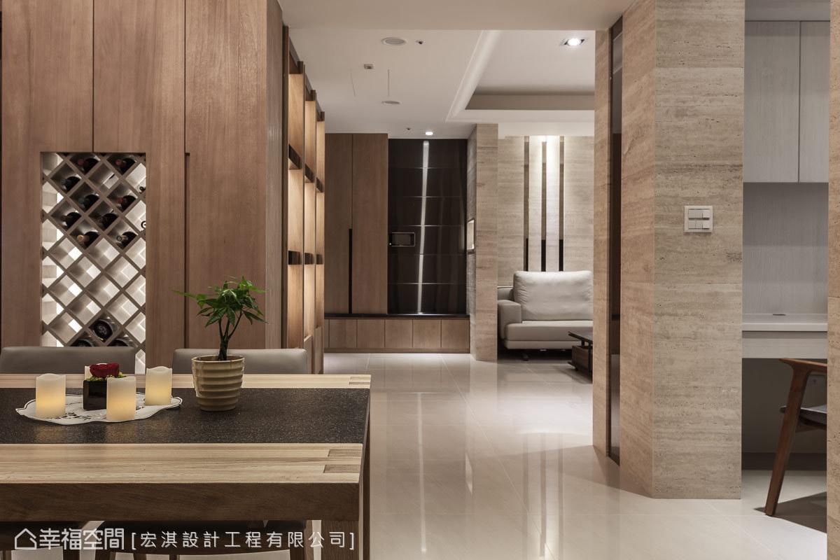 為演繹屋主的生活品味,宏淇設計於鋼刷木皮的櫃體中,設有燈箱效果的紅酒櫃,展現豐沛的設計能量。