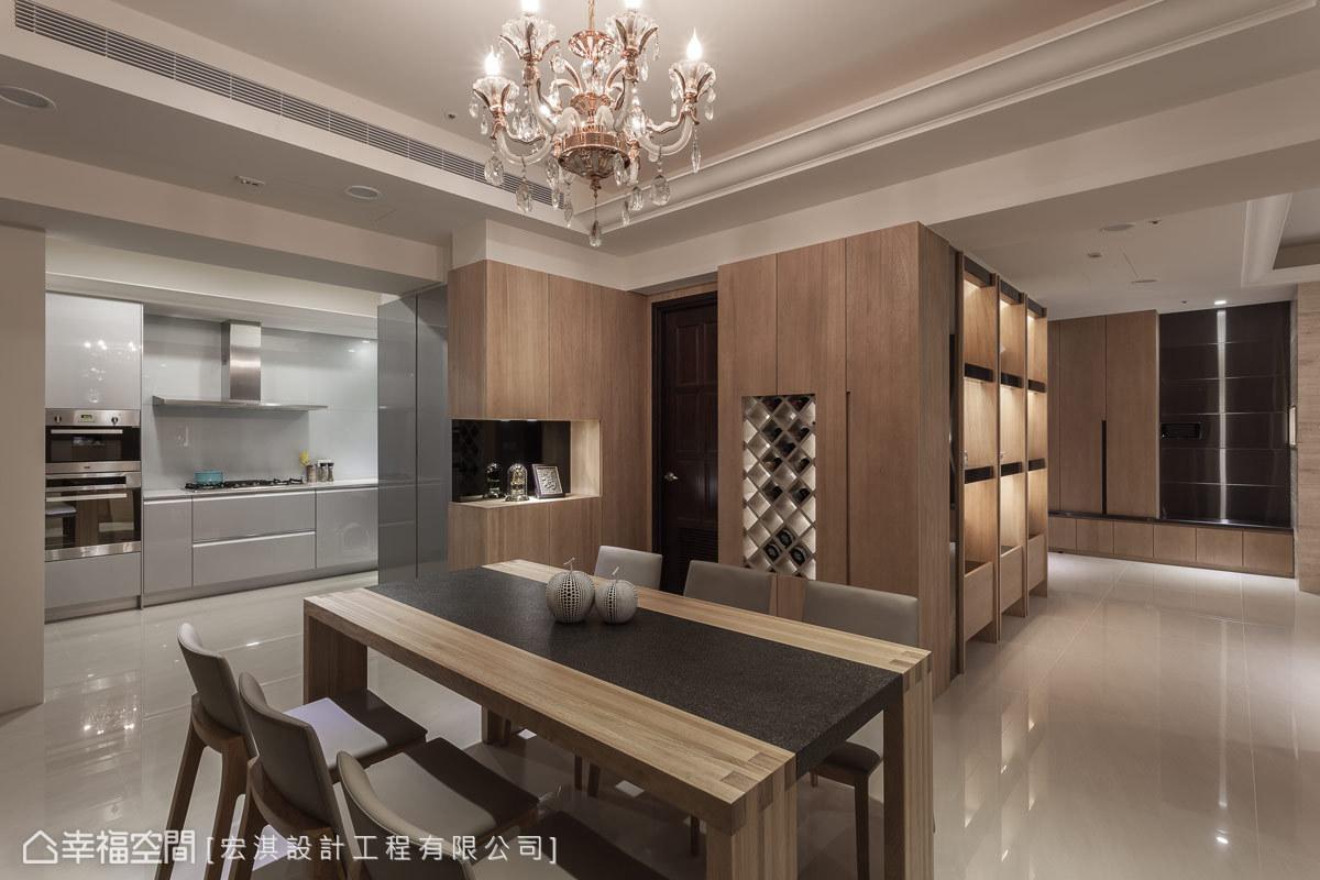 在空間之中融入設計巧思與生活體驗,餐廚區不設置門片,維持視覺上的開闊性。