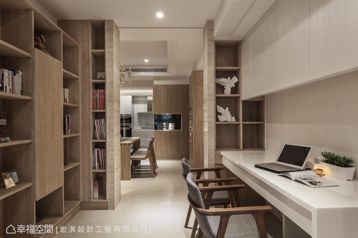 書房整合了前方機櫃及線路,並規劃豐富的收納層板,兼具美感與展示性。