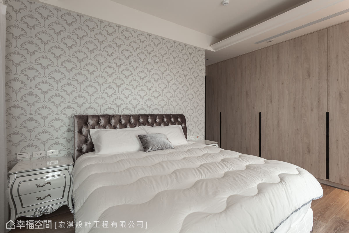 主臥採用藍灰色調的圖騰壁紙作為床頭設計,表現低調奢華的美感況味。