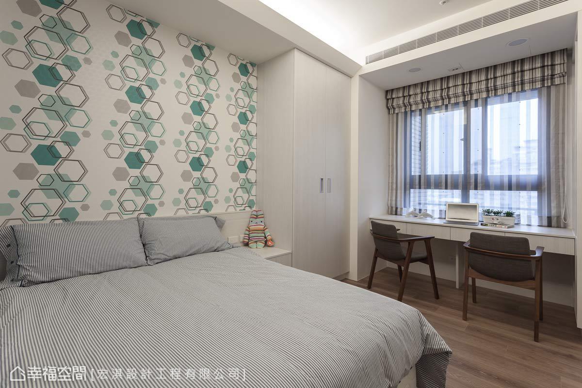宏淇設計依循男孩的喜好與需求,利用六角形圖騰壁紙作為床頭,增添活潑的空間調性。