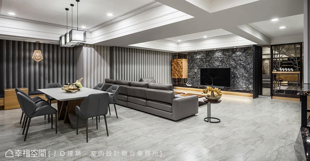 開放規劃的客餐廳具備絕佳的開闊視野尺度,JD建築.室內設計聯合事務所挑選微透金銀亮粉的大理石電視牆,作為延伸視野的美好凝聚點。