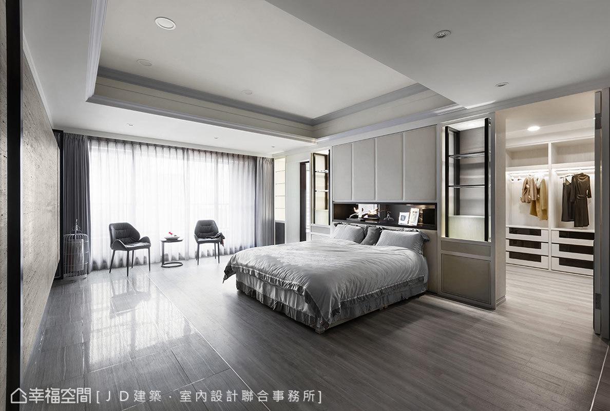 以精品櫃概念表現床頭造型,並於兩側門片後方隱藏更衣室與主衛浴空間。