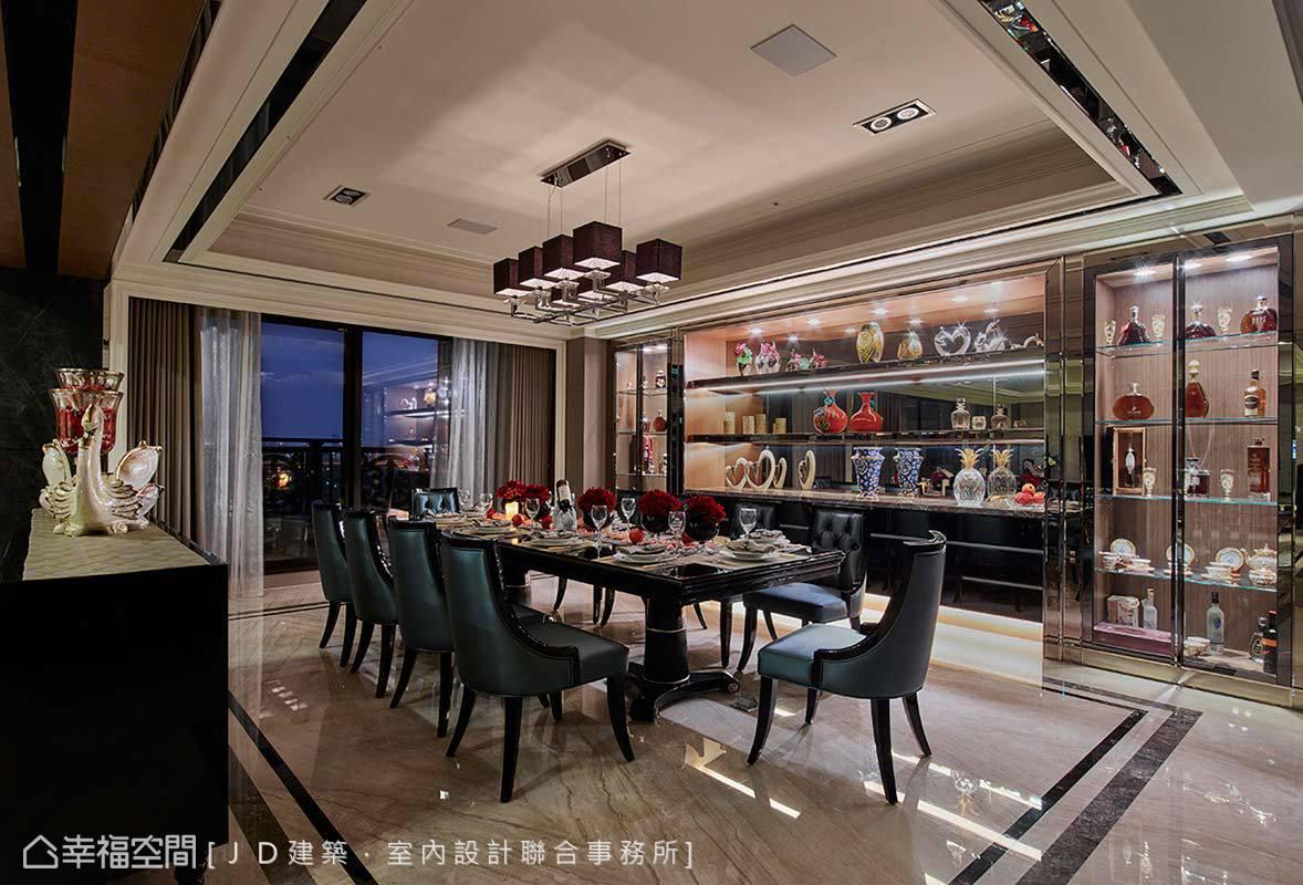 可容納十人共用的大餐桌,佐搭亮面皮革古典餐椅,JD設計另沿牆構築吸睛酒櫃,圍築出餐廳的華美隆重感。