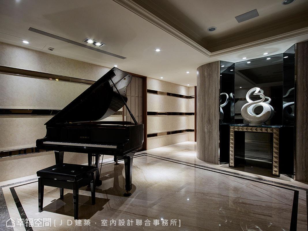 曾仲傑和賴姝媛設計師拆除原有廊道,拉闊為可容納三角鋼琴的大起居室,並修飾牆體銳角與增設鏡面照明,形塑流暢燦亮的過道樣貌。