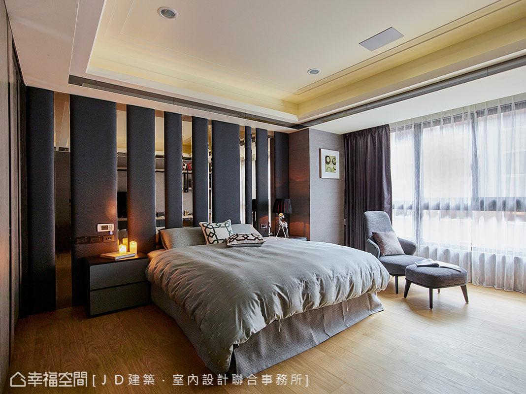 大地色為底的男孩房中,在床頭處安排入茶鏡飾條,營造大器簡約的臥房氣息。