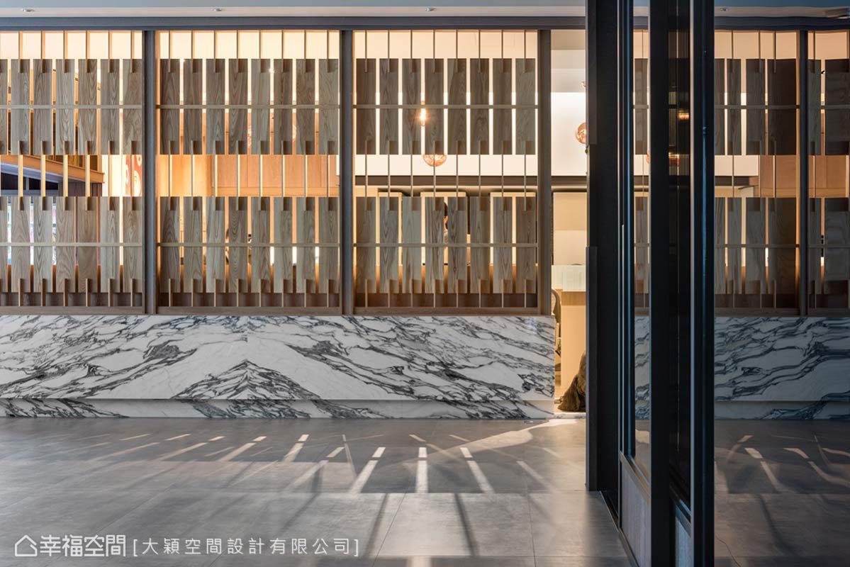 不同以往的實牆,本案透過雕刻白大理石短牆及隔柵屏隔的設計,形塑光影變化與空氣的流動。