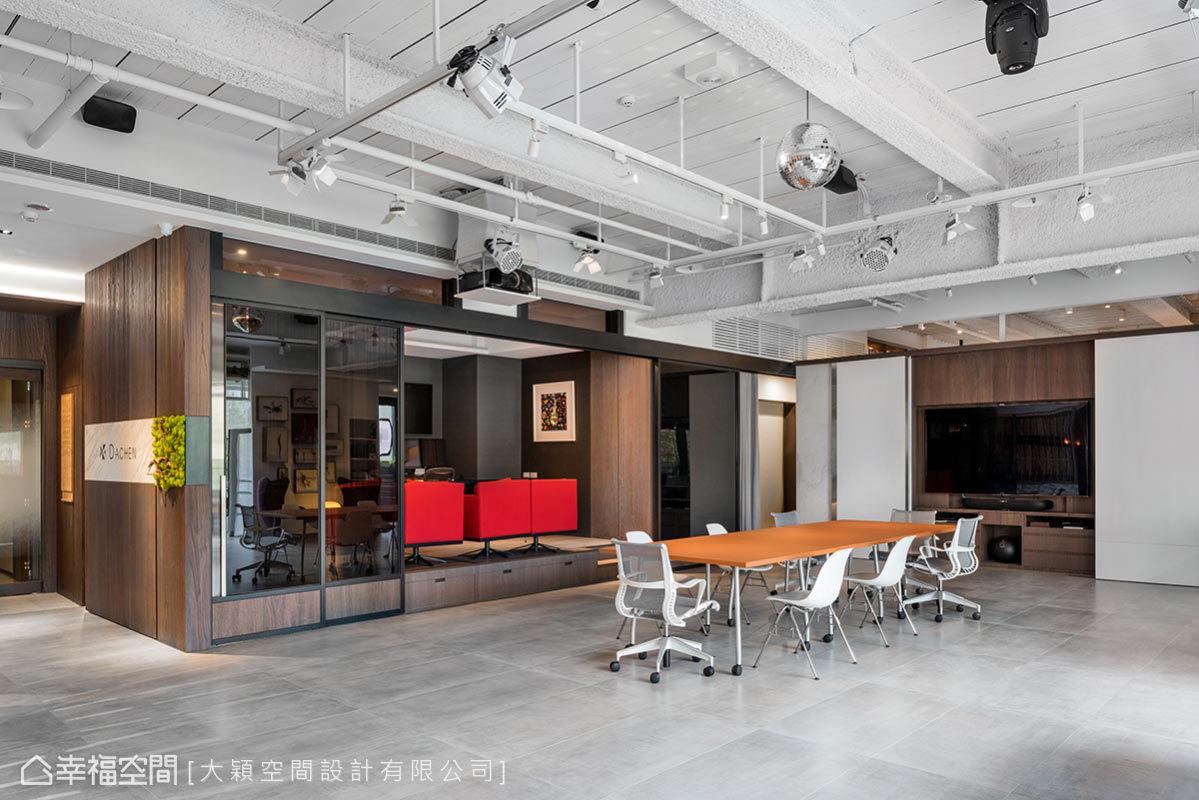 本區位於整個辦公室的視覺中心點,設計師廖雪穎規劃視聽設備、投影布幕牆、照明燈軌與旋轉燈光,可在此舉辦Party及餐敘。