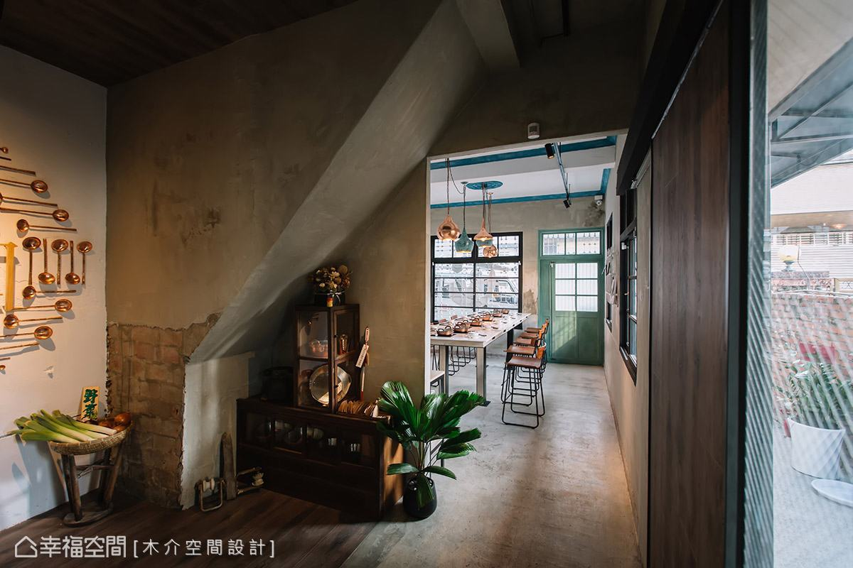 特別從日本找尋台式菜櫥作為展示架,用以陳列銅鍋、銅杯,展現復古懷舊的段落端景。