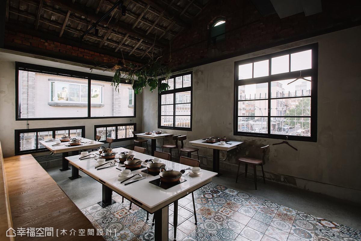 為避免整體空間顯得黯淡,水泥質感的地面特別點綴復古花磚,妝點活潑的視覺變化性。