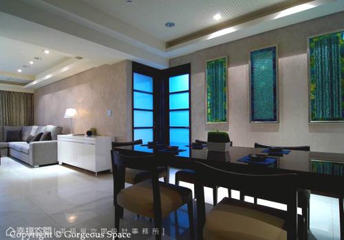 在玄關對向的牆面,使用融雕玻璃作為兩個區域的相呼應連結,高溫燒製成型的玻璃,沒有一片圖案相同,充滿流動的藝術感,化身為畫作是設計師的巧思。