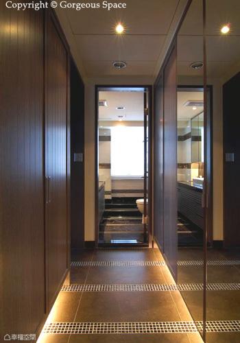 進入主臥首先是一條長型走道,設計師將大面衣櫃靠牆而設,既是走道也是換衣空間,兼具兩種用途讓空間更為精省。