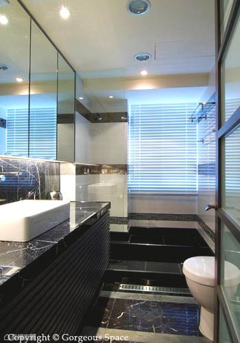 將原有的衛浴拓寬,增長洗手檯的面積,門後也多出淋浴空間,搭配降板浴池、鏡面收納吊櫃,格局放大才能營造出六星級衛浴的質感。