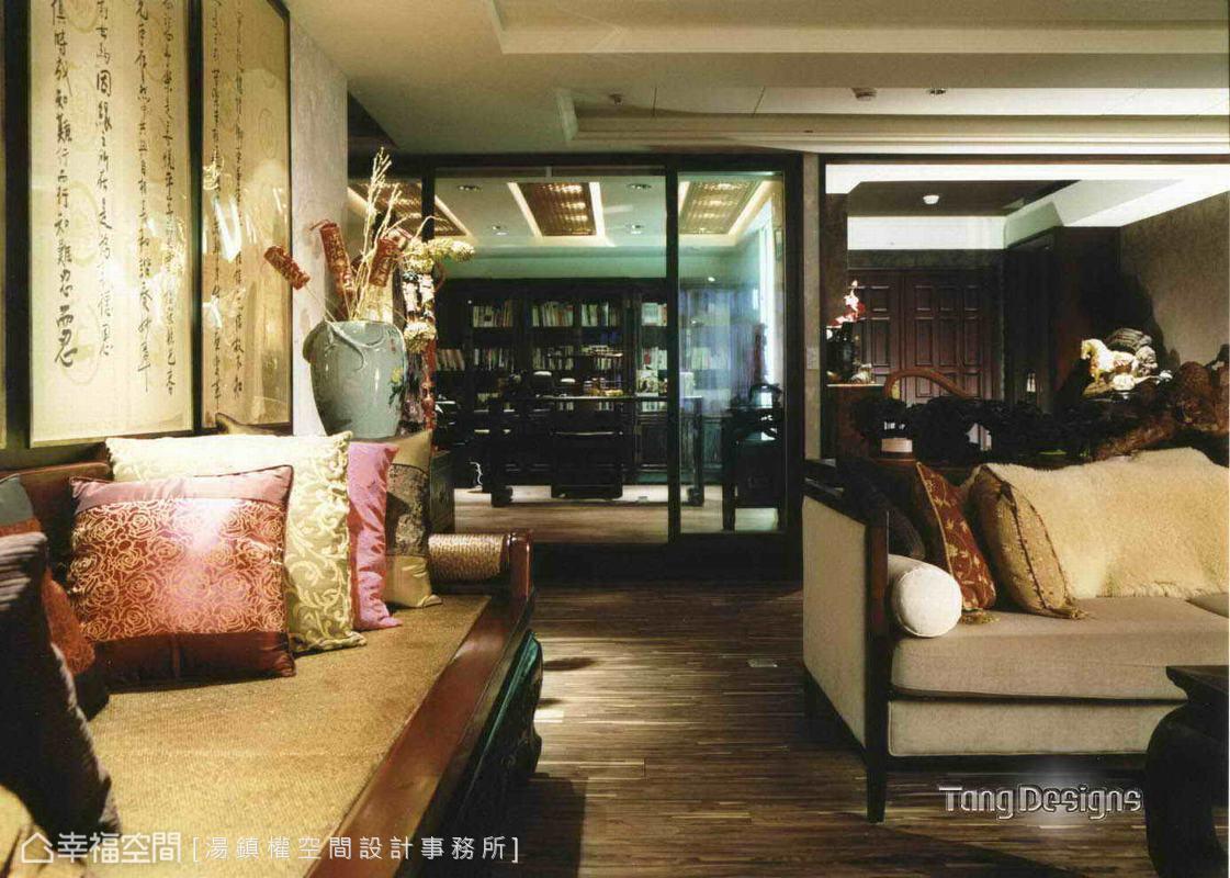 中式羅漢床以主人之姿混搭西式沙發微調出東西初會時的老上海情調。