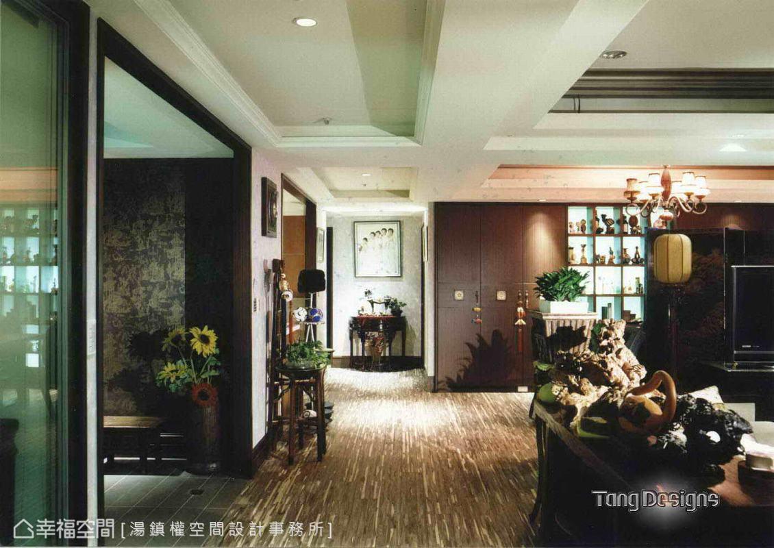 帶有濃厚東方風情的六枚折屏風開放界定客廳與餐廳的場域關係。