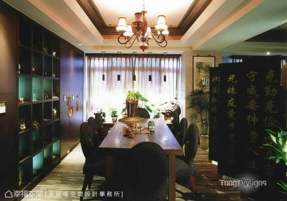 設計師以對稱線條沿牆設計備餐櫃體,中間開放展示珍藏物品,字畫、藝品、古傢俱,共構現代空間仿古風情。
