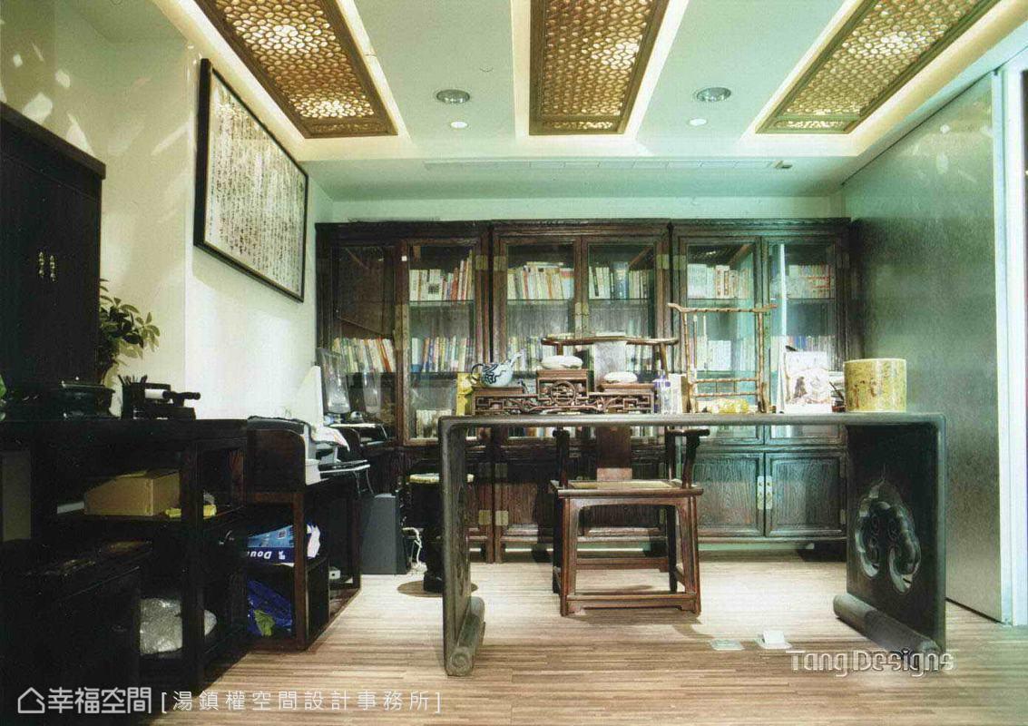設計師以罕見雞翅木製作的書桌、古董太師椅及仿古櫃體呈現書房的老件況味,還在天花板處綴飾中式窗花形塑更完整的空間韻味。