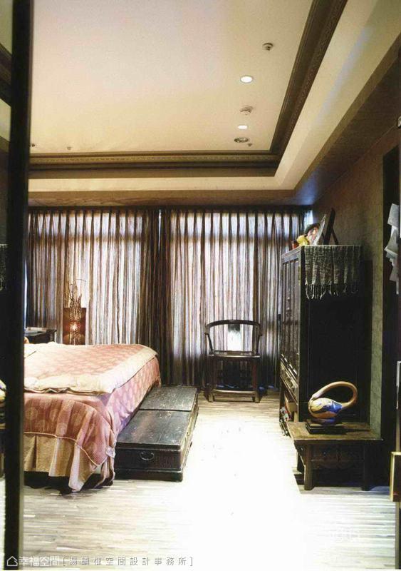 長年在大陸經商的屋主對中式家具情有獨衷,不僅蒐集內地的明清傢俱,亦在台灣挑選喜愛的仿古配飾。