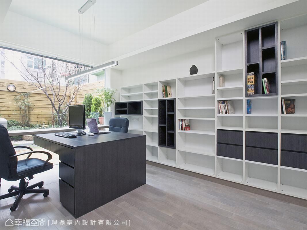 書桌以懸浮臨窗的方式設計,形塑出虛與實、輕與重、有與無的絕對意象。而書櫃的設計利用黑白與線條的比例,鋪排出業主需要藏書量的尺寸、及高度。