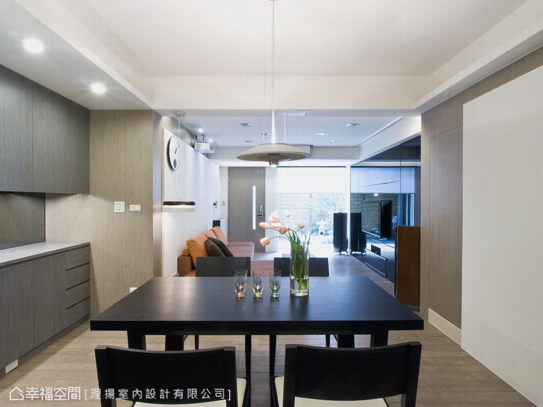 庭院、客廳、餐廳位於同一動線上,藉由落地窗的規劃,引入大量的自然光源,適當而巧妙的將中古屋長型空間光線不易到達的缺點,解析重塑成為主要的優點之一