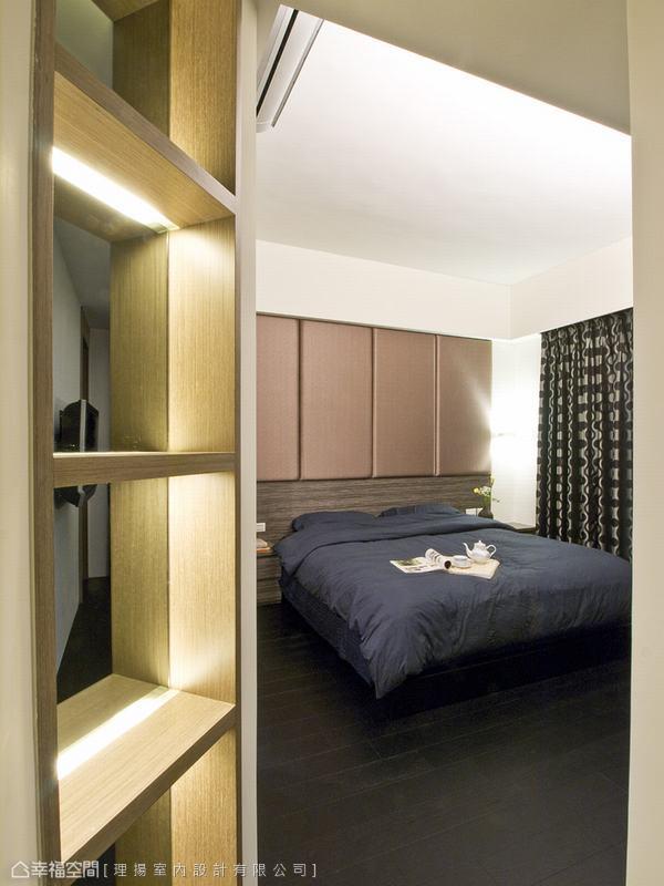 運用間接光原,有效的利用畸零空間,使之成為主臥區域的展示櫃體。
