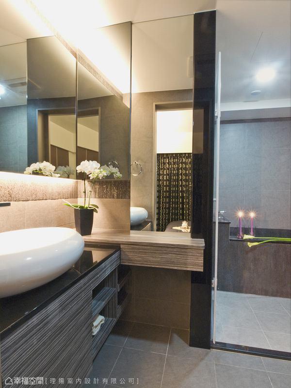 L型鏡面設計加大了空間的視覺效果,規劃了泡澡、淋浴雙功能,利用轉角規劃了女主人的梳妝空間,刻意拉高的檯面符合人體工學的使用機能,舒適而優雅。
