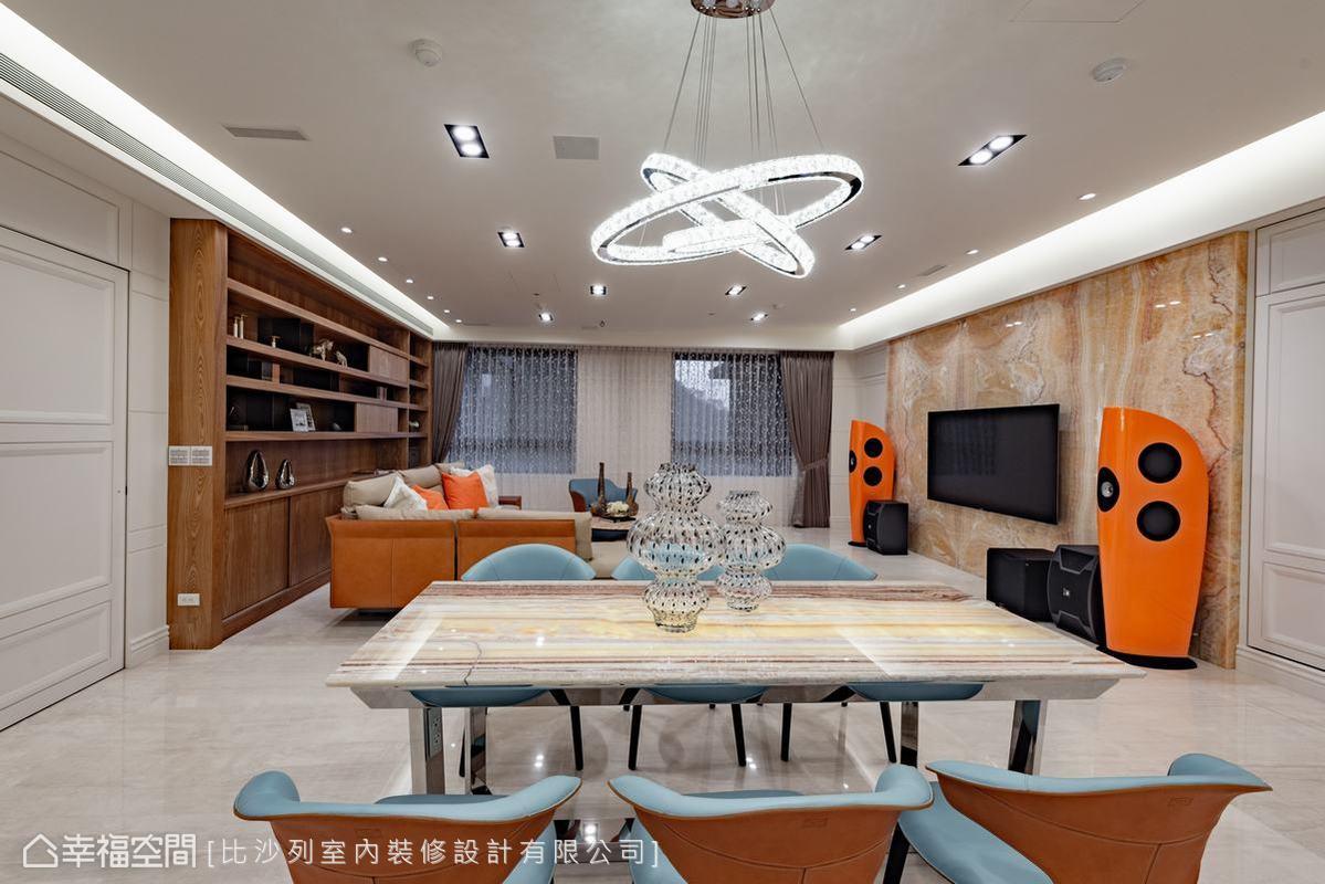 大面積新古典白色系鋪陳公共空間,佐以溫潤木質色系與躍動的橘藍色系家私點綴,讓大氣非凡的空間中注入活潑生氣。