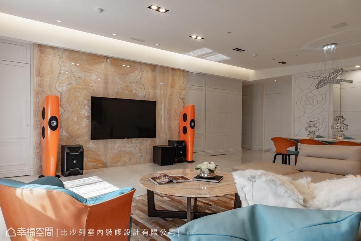 以新古典風格為主軸串連公私領域,讓整體空間不因收納需求及生活機能而變得破碎,大面積的白色新古典立面,點綴黃水晶大理石電視主牆,帶出空間質感。
