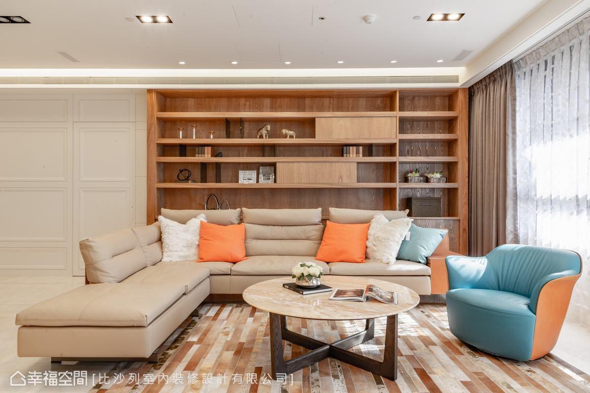 客廳與電視牆遙遙相對的大尺度木質展示櫃,木質調性為空間注入溫度,可以自由移動的滑動門片,為展示多了更多的變化性。