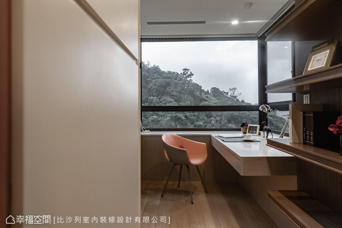 比沙列室內裝修設計為男主人在主臥空間中規劃了獨立書房空間,伴著美景與書香,享受最自在的個人時光。