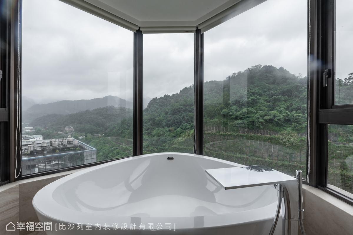 主臥浴室中的三角大浴缸坐擁三面美景,是忙碌生活中最奢華的生活享受,浴室旁還設置男主人喜愛的烤箱桑拿室。