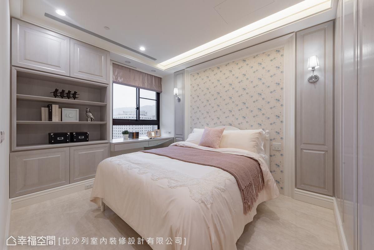 以舒服的美式鄉村風鋪陳空間,淺藍色床頭壁紙搭配粉藕色霧香的古典門板,展現優雅女孩氣息。