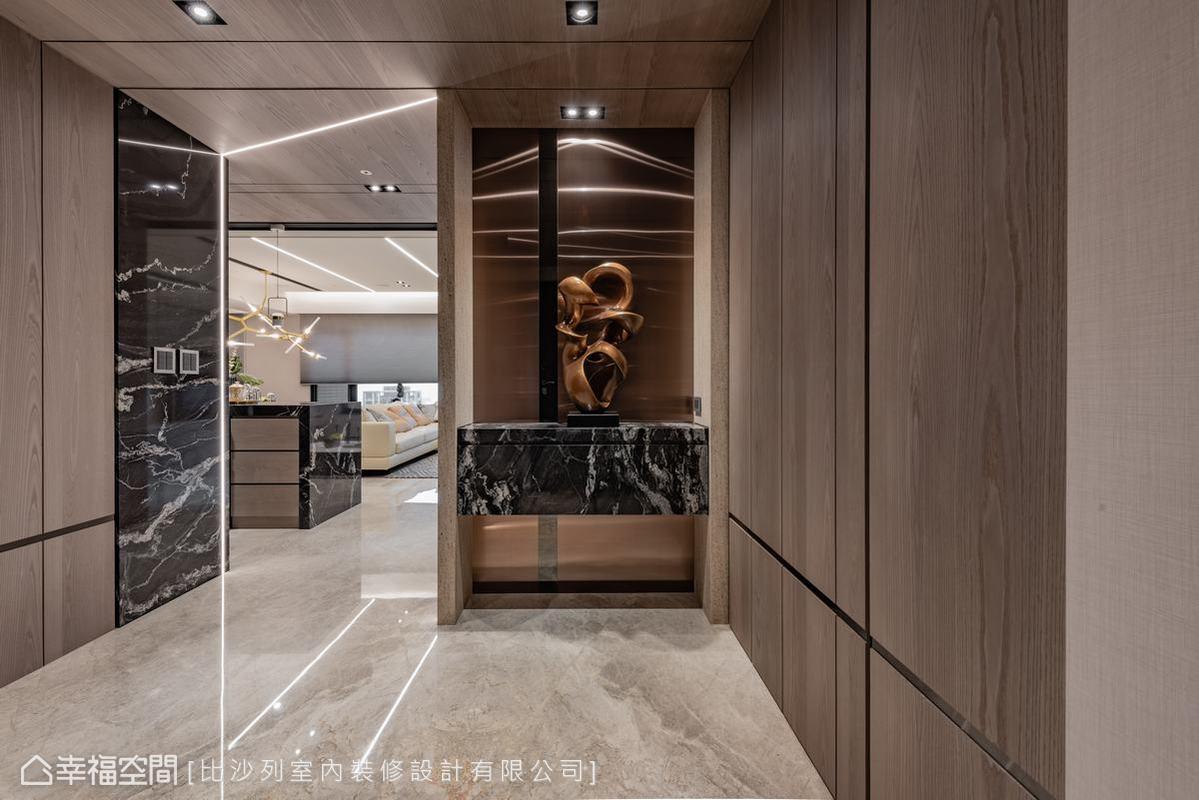 由樓層梯廳入主屋後,張靜峰設計師利用一道櫃體形成屏風般的遮隱效果,以此圍塑出玄關。