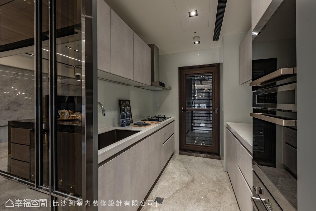 朝中島吧檯區向內走便是獨立的廚房,裡頭機能足以承載料理工作。