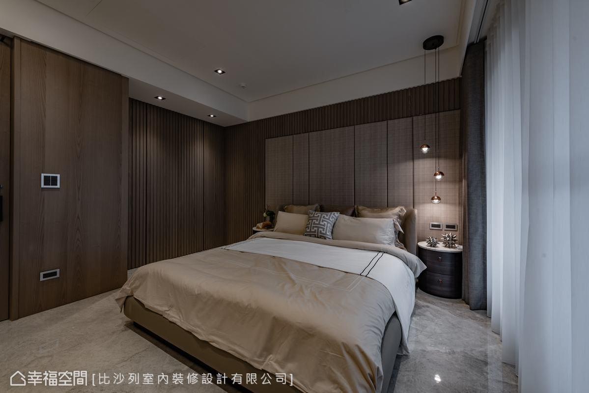 在木材料的冪覆下,主臥房顯得格外素樸溫雅,屋主所尋求的人文空間感也由此得到實踐。