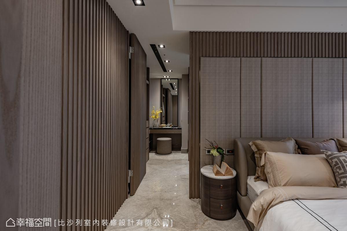 主臥房的內門之後為獨立更衣間,除了配置了梳化功能,這處也是通往主臥衛浴的入口。