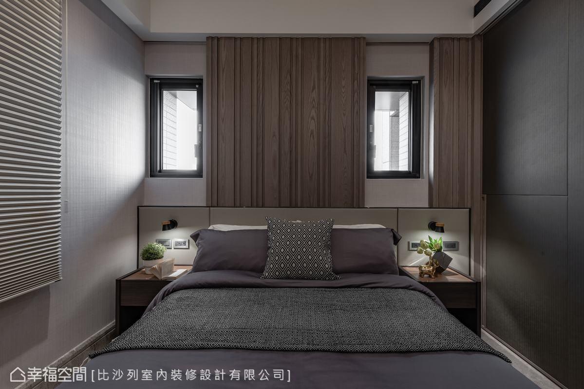 為了調控光線並整合零碎的窗型,設計將床背板內縮並搭配活動式門片,隨需求隱藏氣窗或引入光線。