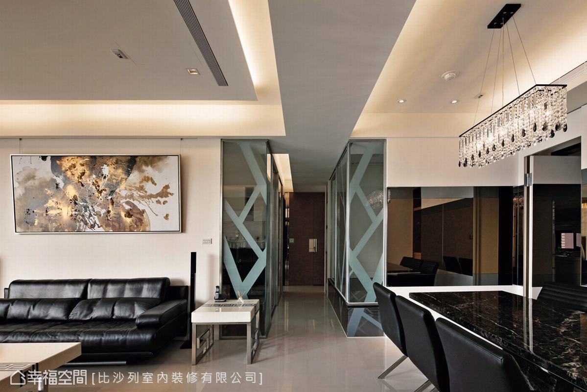 設計師以開半穿透的手法及鏡面的折射原理,放大室內坪數。