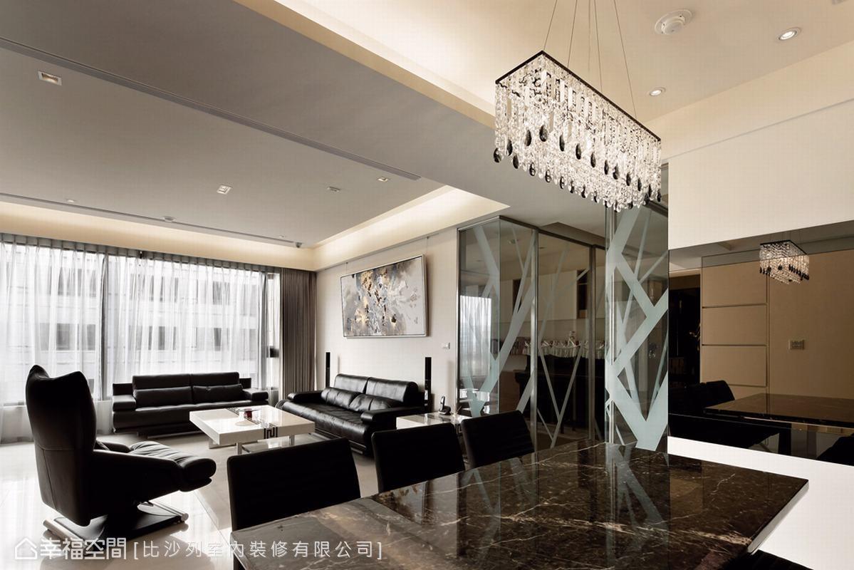 餐廳主牆亦以L型鏡牆與客廳呼應,引光鏡射出公共空間的放大視感。