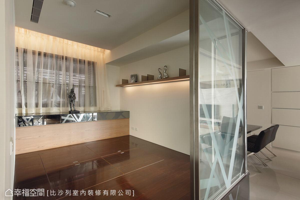 架高一層的木地板下方藏有收納空間,可兼具和室與客房的彈性空間。