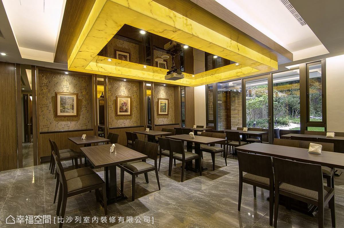 造型天花與燈箱的結合性設計,以金色系點出了休閒中的華麗。
