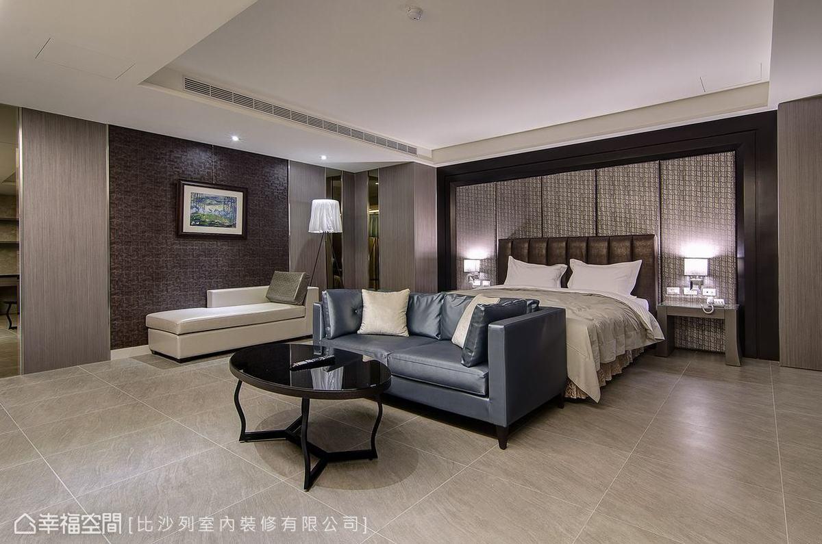多材質混搭的休憩場域,硬框加以繃布打造床頭,以元素與手法變化創造出具備國際觀的時尚度。