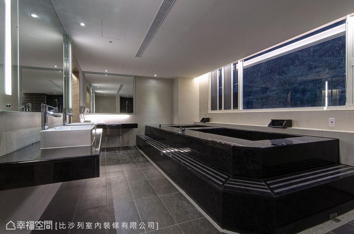 電視主牆背向的衛浴空間,鏡面安排倒映入了窗外風景,考量到日照反光問題設計師貼心加以鏡燈,雙缸安排進一步提升硬體等級。