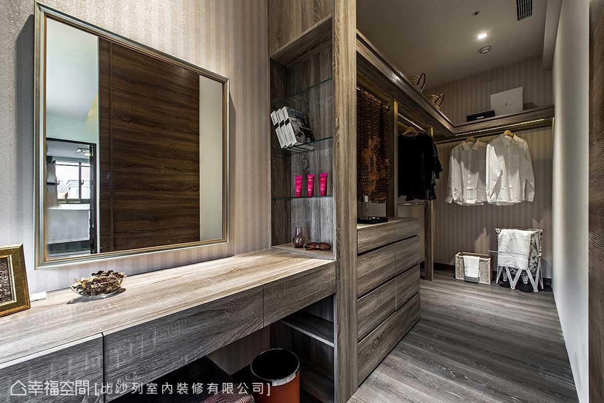 木質紋理強烈的更衣空間,襯以線性壁紙打底,脈絡交錯呈現獨特況味。
