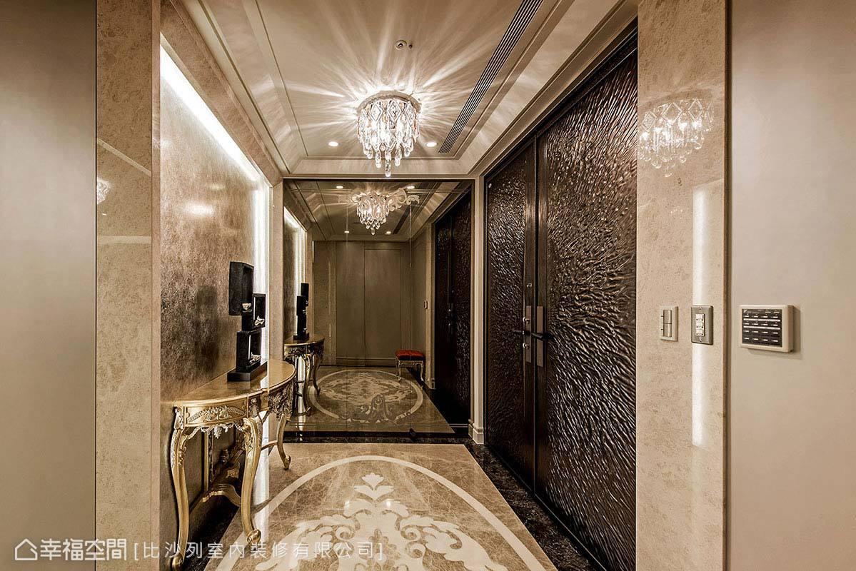 以香檳金、銀箔作為玄關立面貼飾,搭配雕刻繁複的端景台,營造大方華麗的迎賓氛圍。