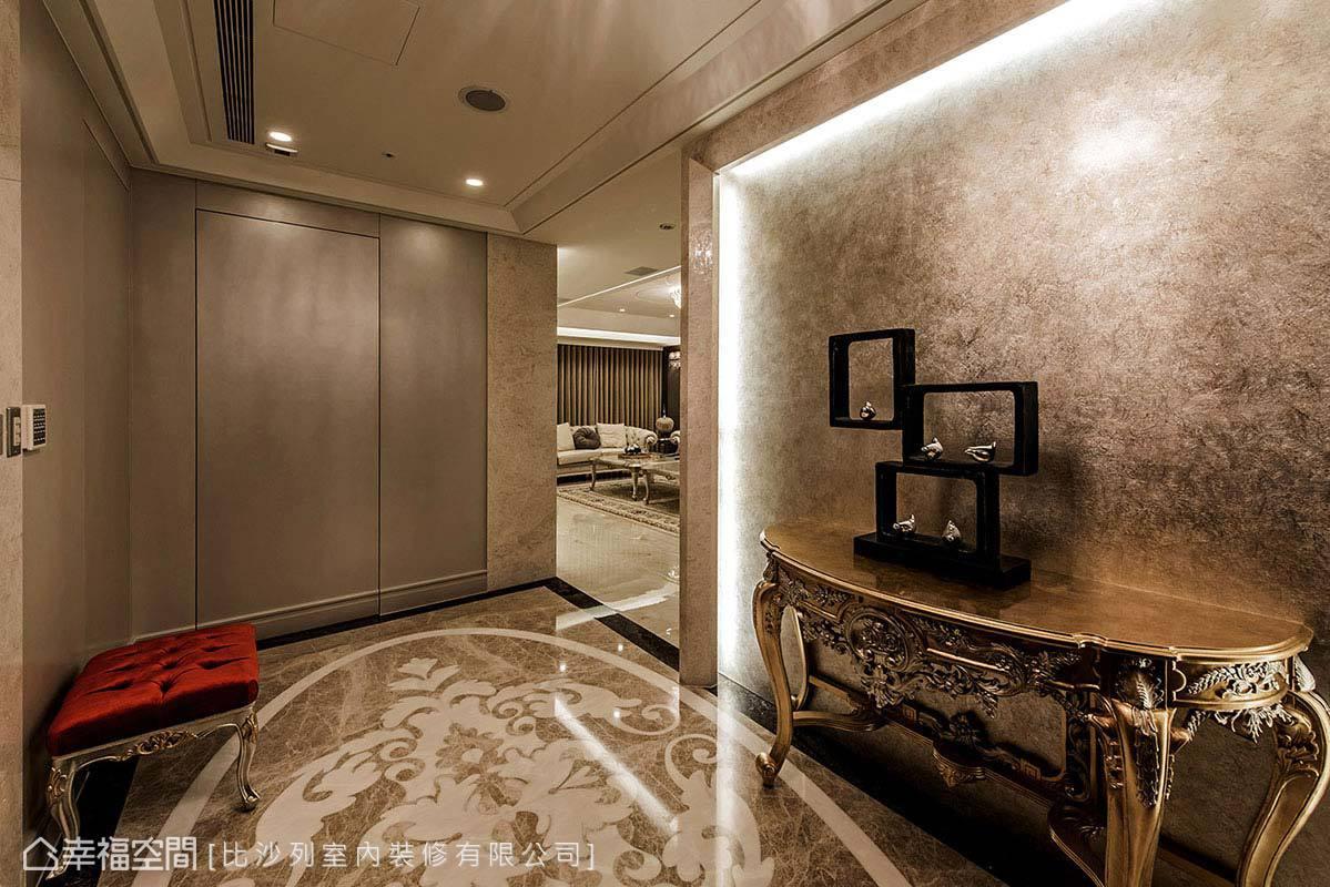 推開玄關左側的門片,為張靜峰藝術總監特別規劃的多功能空間,一分為三地作為鞋櫃、儲藏間及神明廳使用。