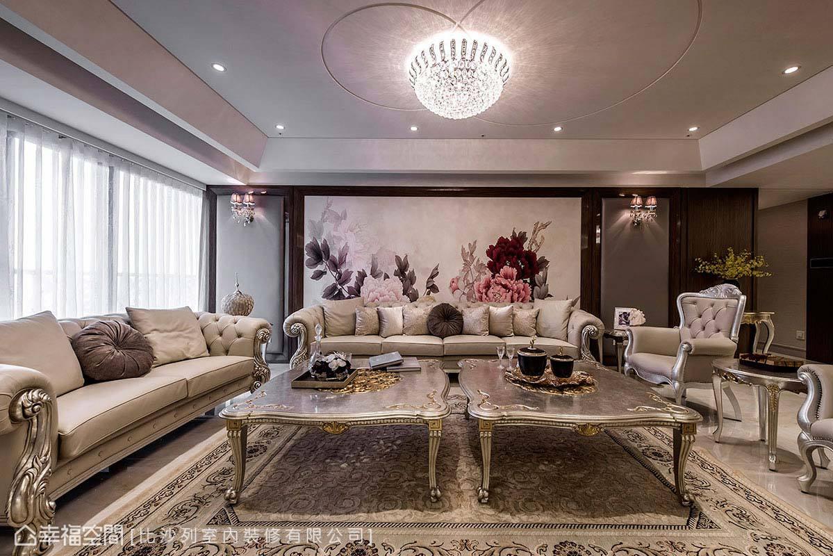 採用粗木雕刻及貼附金銀箔的傢俱配件,並於把手、桌腳等細節處展現精雕工藝,勾勒出百年經典的奢華貴氣。