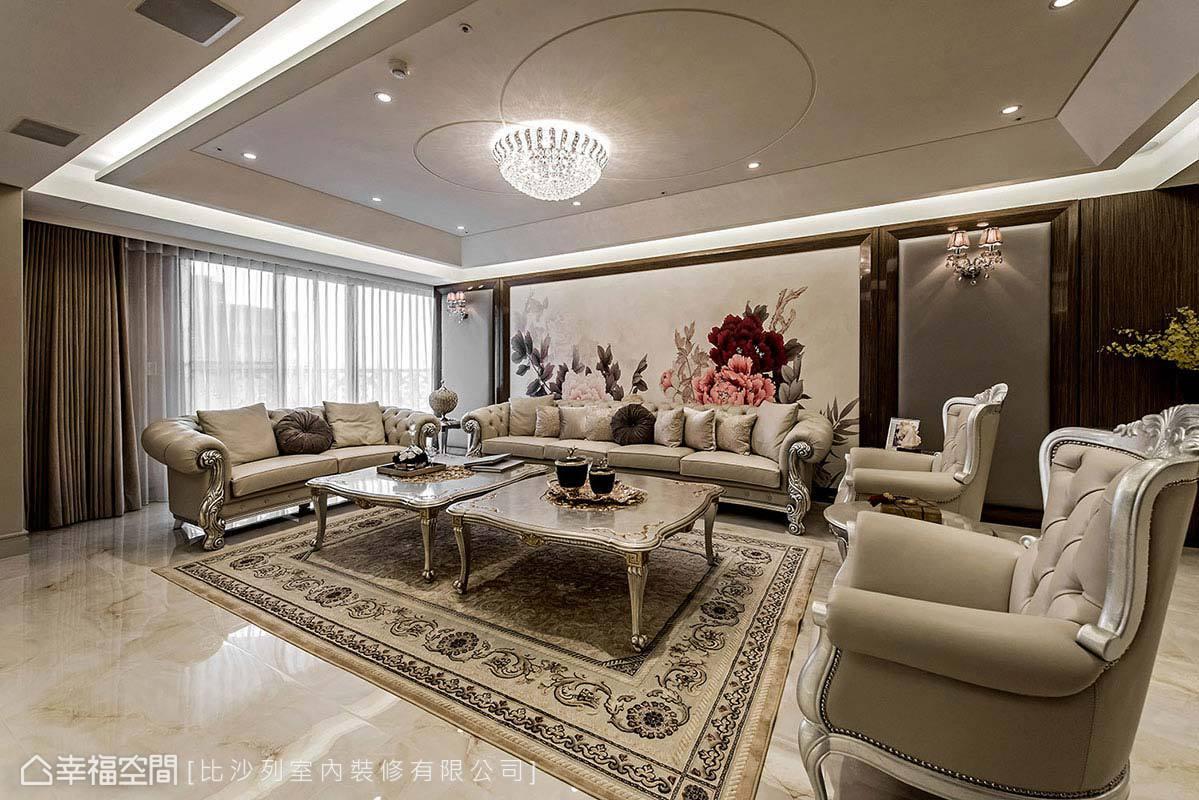 特別選用大幅輸出壁紙,將女主人喜愛的花卉圖騰安排於沙發背牆,巧妙融合於新古典的華麗氛圍中。