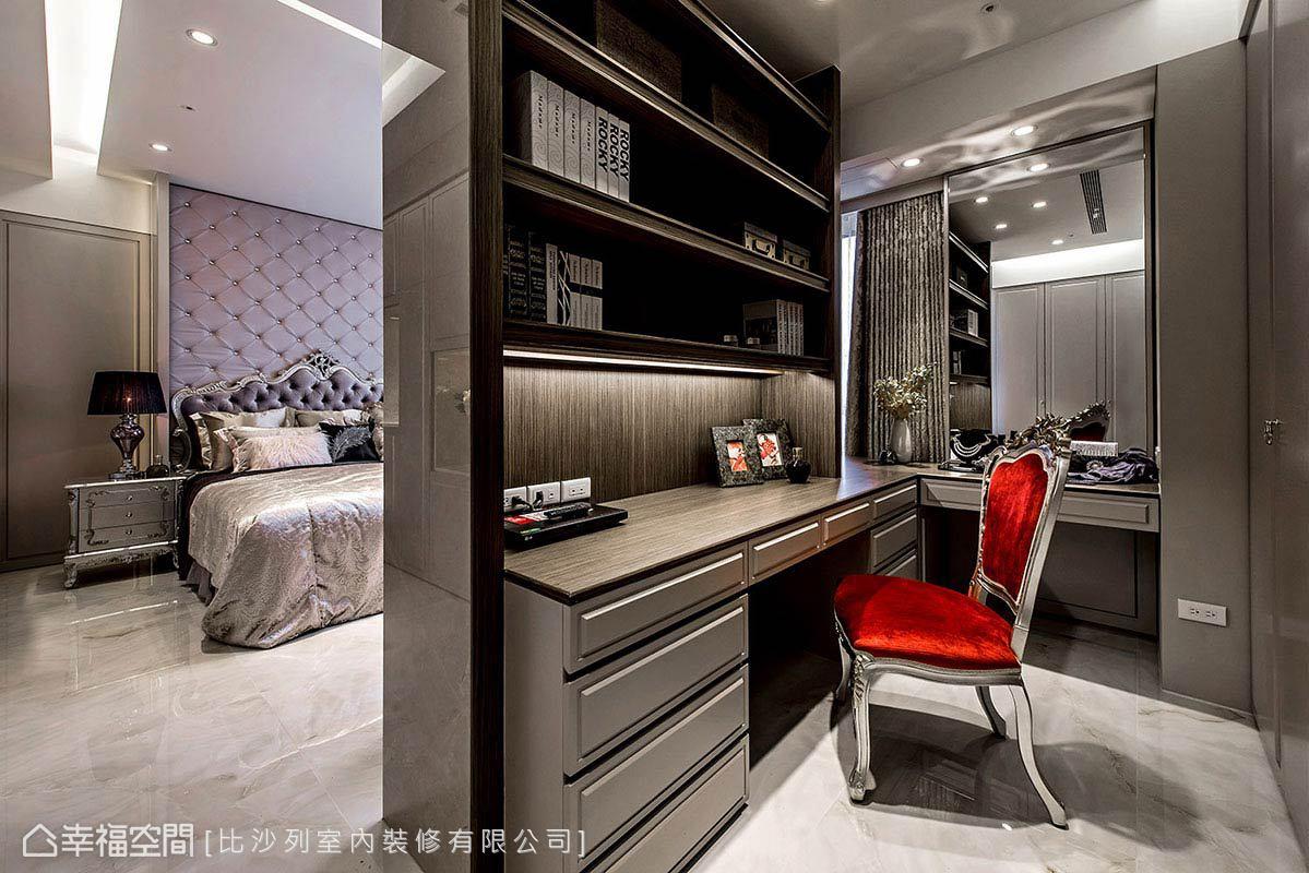 與餐桌椅相同的大紅色梳妝台椅,成為銀色空間中的視覺焦點。