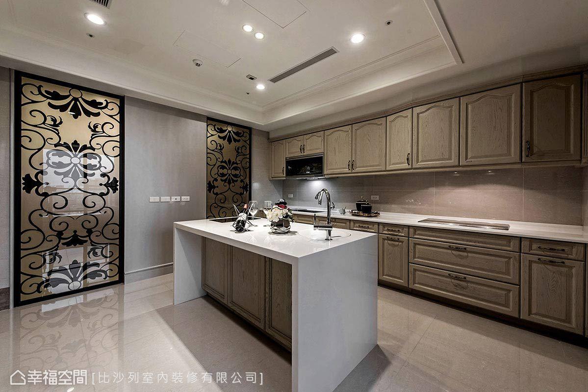廚房門片上的雕花圖騰,呈現新古典的繁複之美。